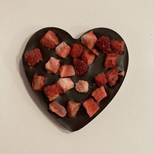 Étcsokoládé szív eperrel szórva