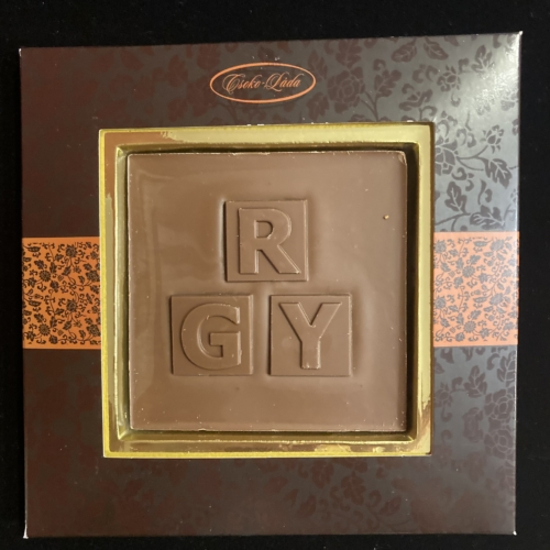 Monogramos és évszámos ablakos csokoládék